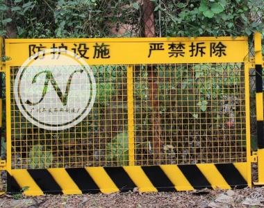 黄黑相间+踢脚板临边护栏