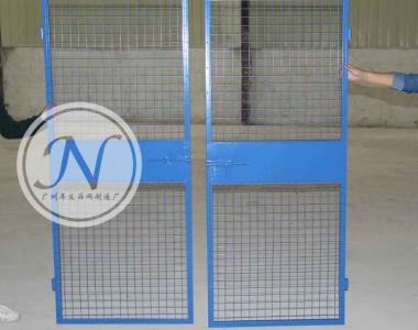 蓝色铁丝网铁板人货梯门