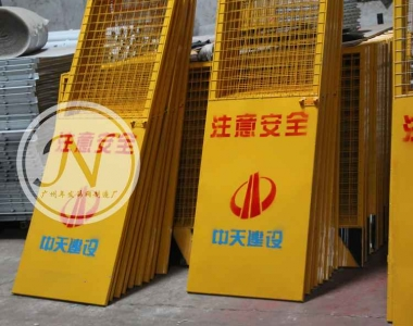 黄色铁丝网铁板电梯安全防护门